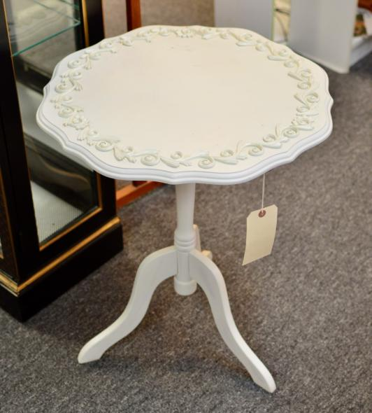Painted tilt-top pie-crust table